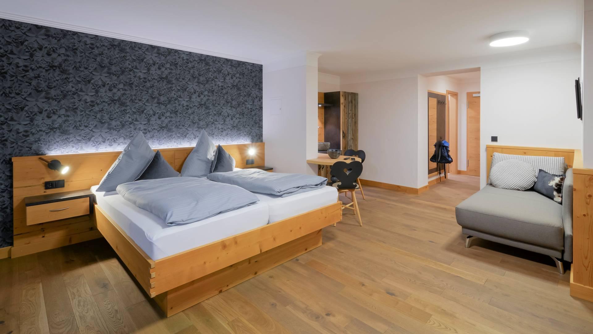 premiumzimmer seegrund mit seeterrasse boutique hotel dreim derlhaus weissensee bei. Black Bedroom Furniture Sets. Home Design Ideas